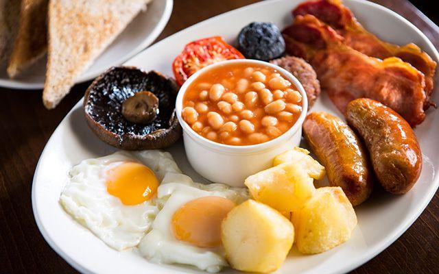 Плотный завтрак с гарниром из фасоли