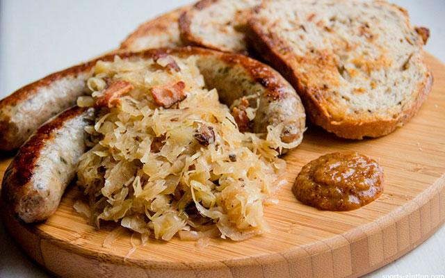 Колбаски с тушеной капустой