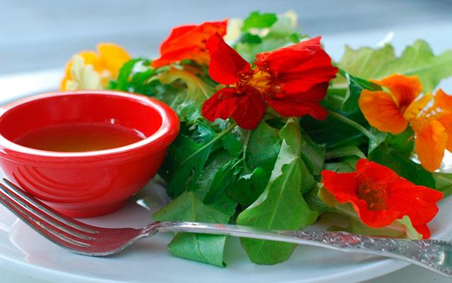 Салат с цветами настурции