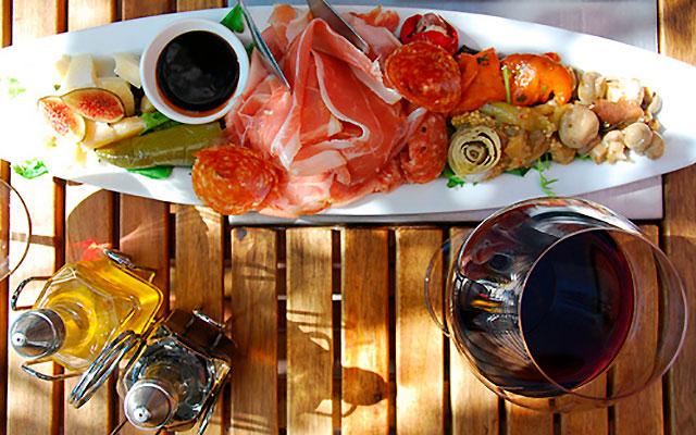 Итальянское вино и закуска