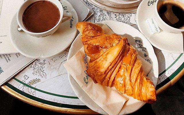 Круассан в кафе Café de Flore