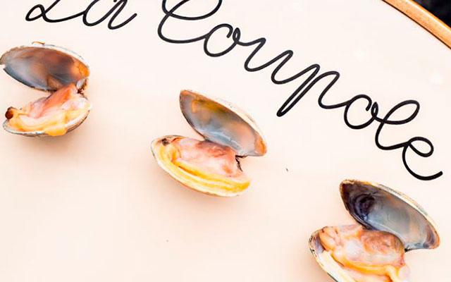 Подача устриц в ресторане La Coupole