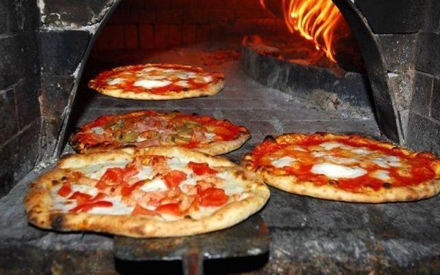 Выпечка пиццы в печи